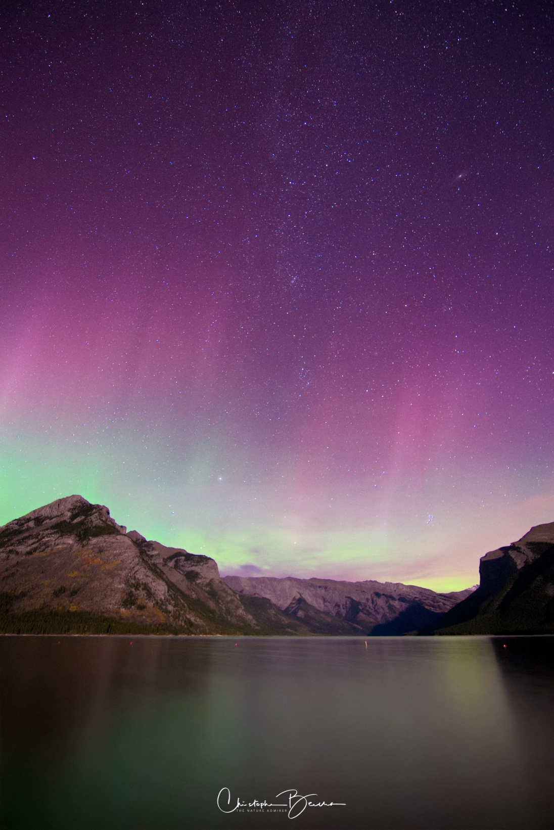 On Wednesday 27th, we headed out to Minnewanka Lake at 9:00 pm to catch the aurora. Its playful colors were indeed captured by our cameras, having Minnewanka Lake as the scenery to compose our pictures. Lots of other photographers and people shared the moment with us.