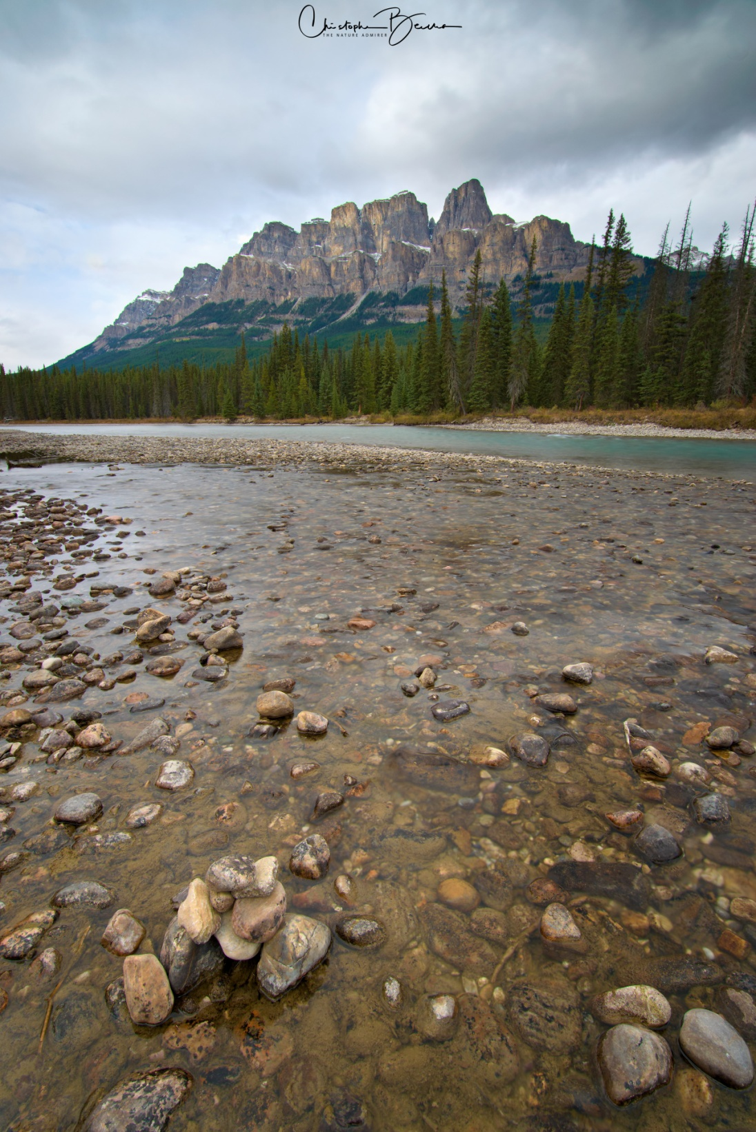 You can easily imagine why it is called Castle Mountain. The water flowing through Bow River is crystal clear up close, and turquoise from afar.